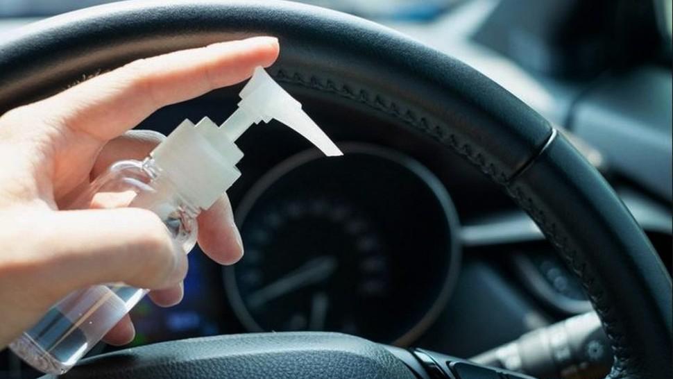 Toţi şoferii ţin dezinfectant în maşină. Este total interzis, spun specialiştii